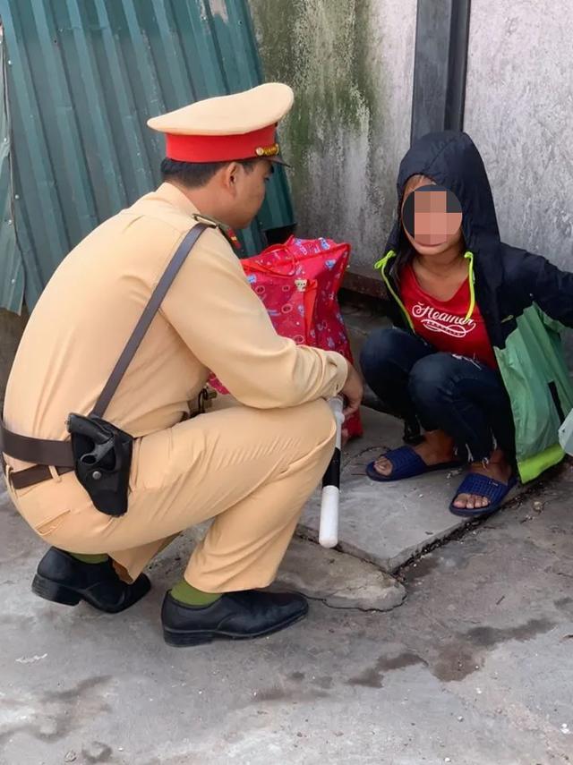 Bé gái 13 tuổi từ Thanh Hóa ra Hà Nội tìm việc, nằm lả ở bến xe - 1