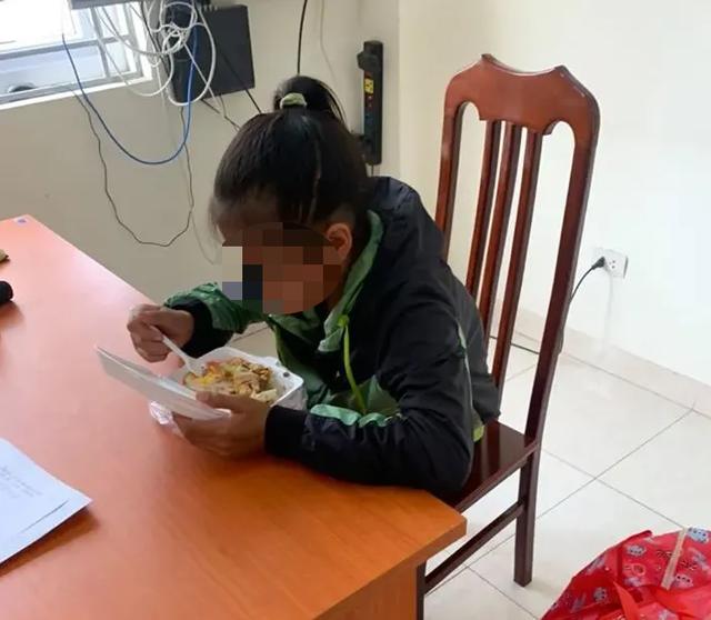 Bé gái 13 tuổi từ Thanh Hóa ra Hà Nội tìm việc, nằm lả ở bến xe - 2