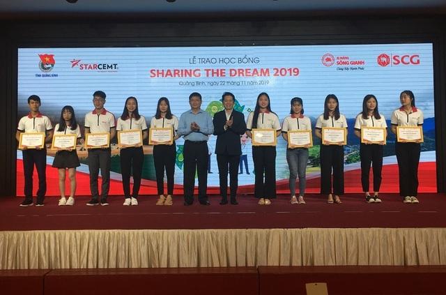 Học bổng Sharing the Dream trao 300 triệu đồng tiếp sức sinh viên nghèo Quảng Bình - 1