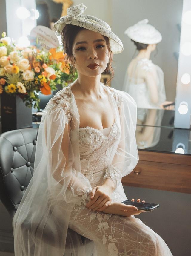 Hồ Ngọc Hà ôm Kim Lý ngồi xem Lệ Quyên diễn thời trang - 2
