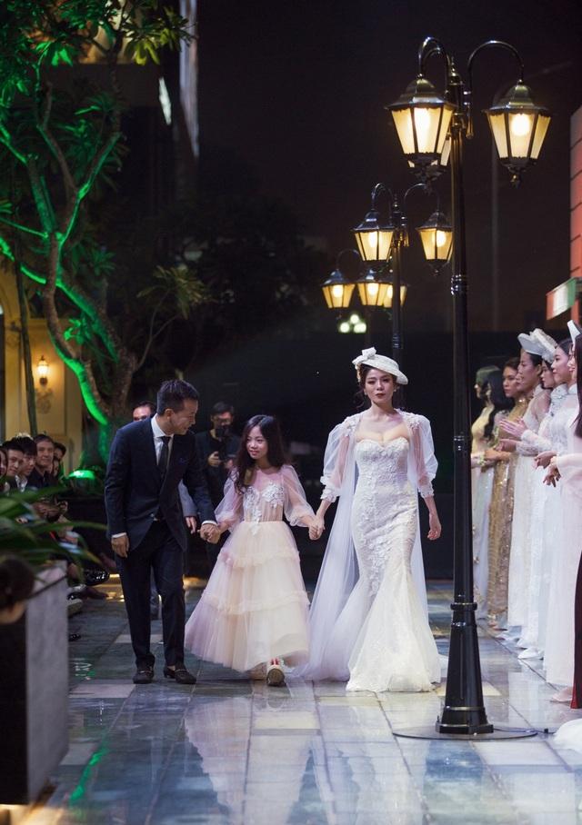 Hồ Ngọc Hà ôm Kim Lý ngồi xem Lệ Quyên diễn thời trang - 5
