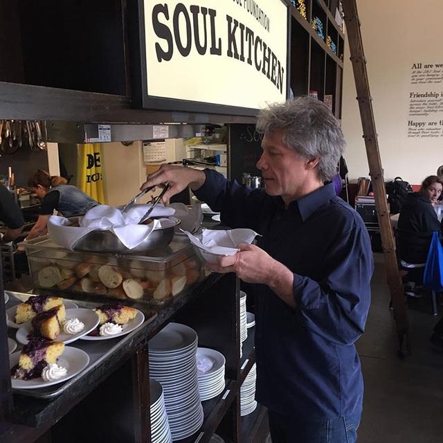 Jon Bon Jovi mở loạt cửa hàng phục vụ đồ ăn miễn phí cho người nghèo - 1