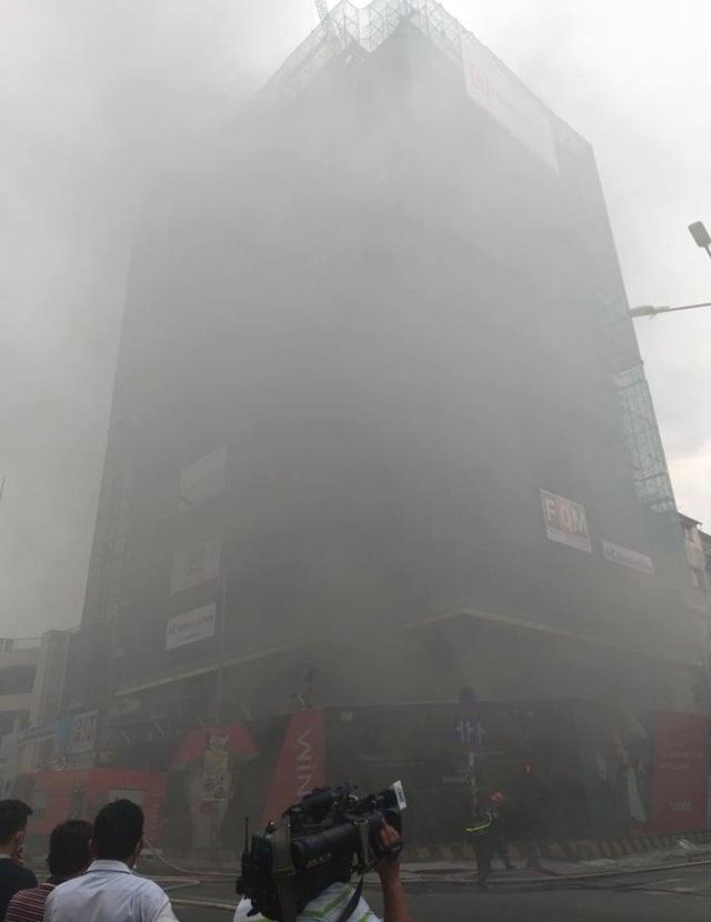 Cháy công trình đang xây dựng ở trung tâm Sài Gòn - 1