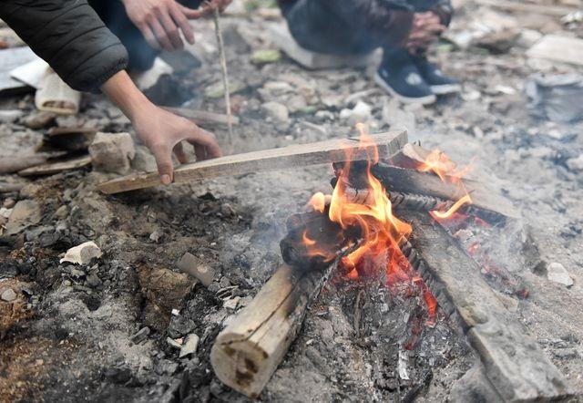 Khoa học cùng với bé: Vì sao khi đốt củi lại có tiếng nổ lép bép? - 1