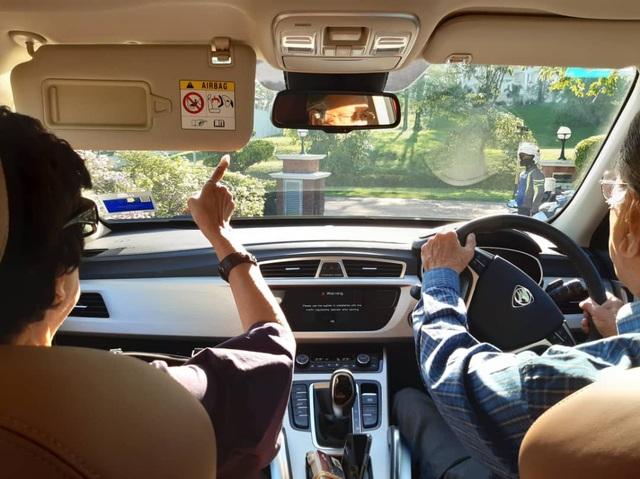 """Thủ tướng 94 tuổi lái xe chở vợ đi hẹn hò gây """"bão"""" mạng tại Malaysia - 1"""