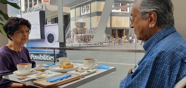 """Thủ tướng 94 tuổi lái xe chở vợ đi hẹn hò gây """"bão"""" mạng tại Malaysia - 2"""