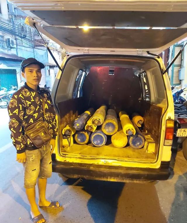 Hà Nội: Lái xe chở 16 bình khí cười chuẩn bị vào quán bar để trả hàng - 1