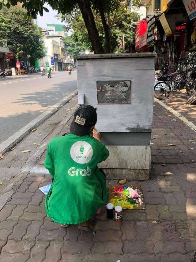 Sự thật đằng sau bức ảnh tài xế công nghệ ngồi vẽ tranh giữa đường phố Hà Nội - 2
