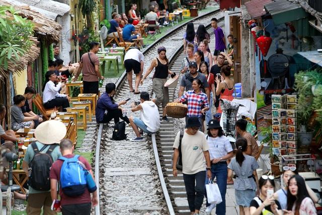 """Hà Nội: Cấp thiết di dời các hộ dân kinh doanh cà phê """"xóm đường tàu"""" - 1"""