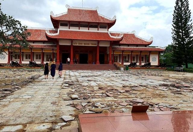 """Bỏ 5 tỷ đồng """"thay"""" lớp đá sân Bảo tàng Quang Trung có lãng phí? - 4"""
