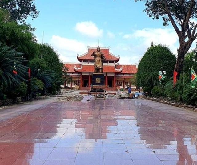 """Bỏ 5 tỷ đồng """"thay"""" lớp đá sân Bảo tàng Quang Trung có lãng phí? - 2"""