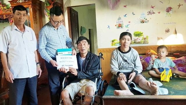 Trao hơn 80 triệu đồng của bạn đọc giúp đỡ gia đình 4 người gặp nạn vật vã trong bệnh viện - 1