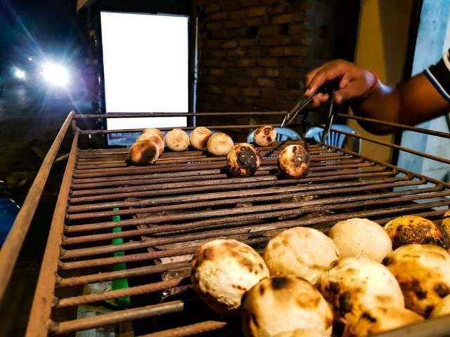 Gánh hàng rong lo bánh mất ngon vì khôngđược nướng bằng phân bò - 2