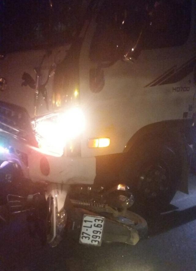 Xe máy kẹp 3 bị xe tải tông ở ngã tư, 1 người tử vong - 1