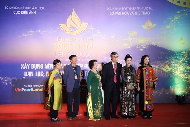 Xúc động cảnh vợ chồng nghệ sĩ gạo cội dìu nhau đến dự Liên hoan phim Việt Nam - 2