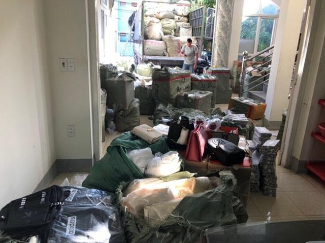 Bắt giữ hàng trăm túi xách, ví da hiệu Louis Vuitton, Dior đang tuồn đi tiêu thụ - 1