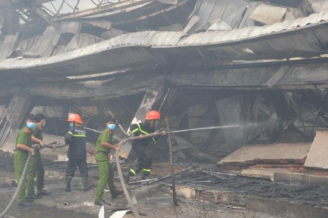 Khung cảnh tan hoang sau vụ cháy cực lớn tại Công ty may Nhà Bè ở Sóc Trăng  - 12