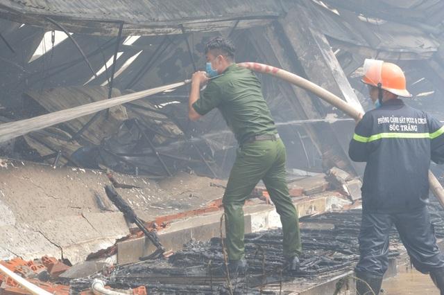 Khung cảnh tan hoang sau vụ cháy cực lớn tại Công ty may Nhà Bè ở Sóc Trăng  - 13
