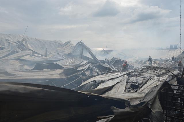 Khung cảnh tan hoang sau vụ cháy cực lớn tại Công ty may Nhà Bè ở Sóc Trăng  - 10