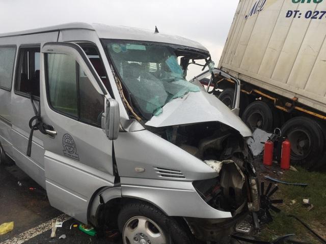 Xe khách tông container:  Phần lớn hành khách là nhà sư, nạn nhân thứ 3 tử vong - 3