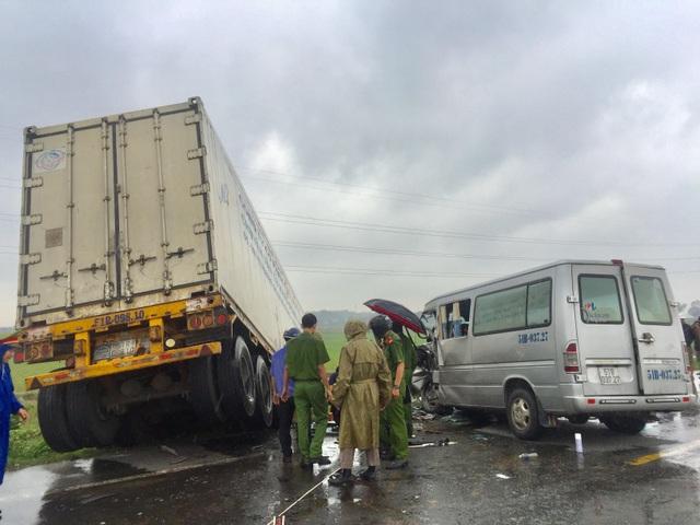 Vụ xe khách tông container làm 3 người chết: Xe khách lấn làn đường! - 3