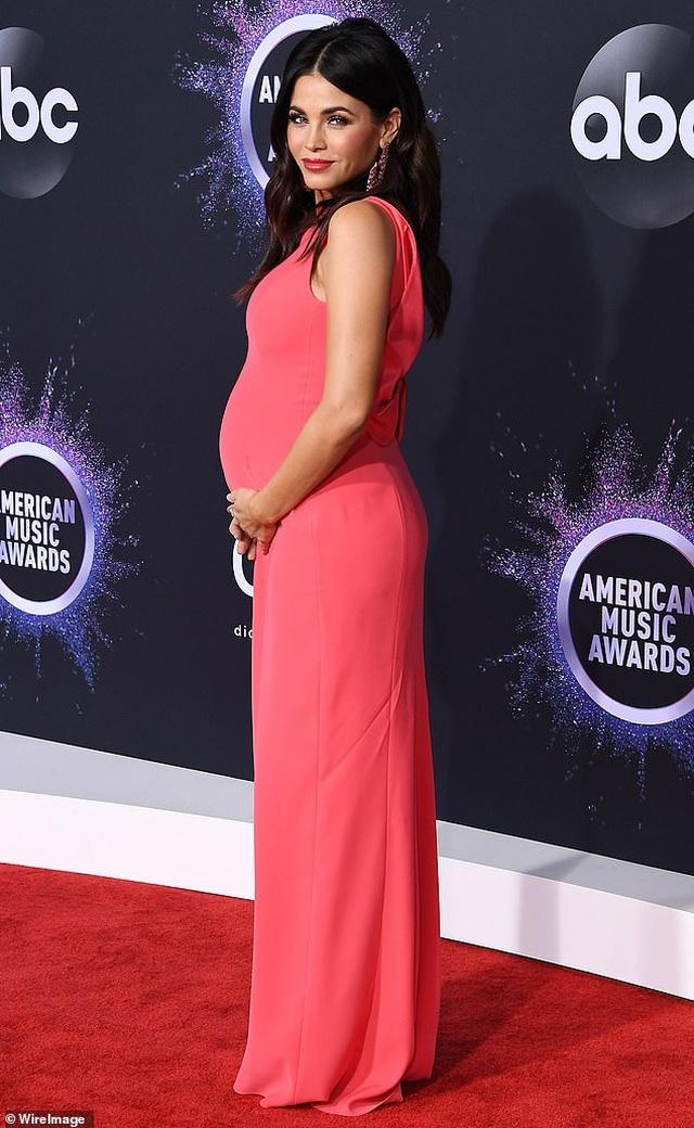 Selena Gomez khoe ngực căng đầy trên thảm đỏ American Music Awards - 43