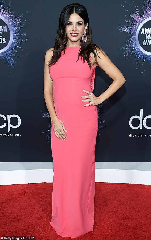 Selena Gomez khoe ngực căng đầy trên thảm đỏ American Music Awards - 41