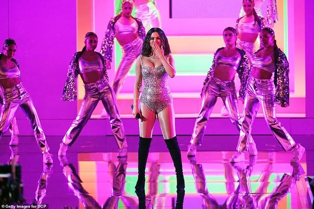 Selena Gomez khoe dáng gợi cảm, trình diễn cuốn hút - 4