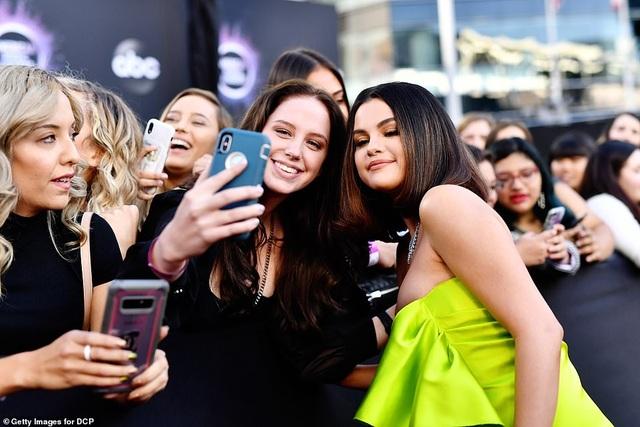 Selena trình diễn gợi cảm sau những vật vã vì bị chê bai ngoại hình - 7