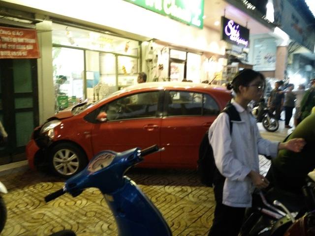 Hà Nội: Nữ tài xế lao ô tô vào tiệm trà chanh trên phố Hàng Bài - 1