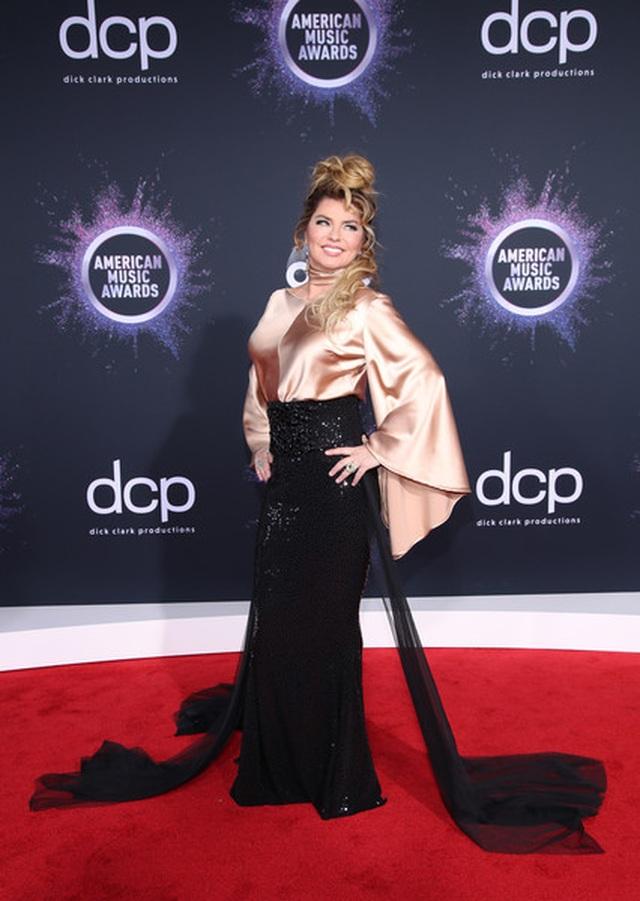 Selena Gomez khoe ngực căng đầy trên thảm đỏ American Music Awards - 15