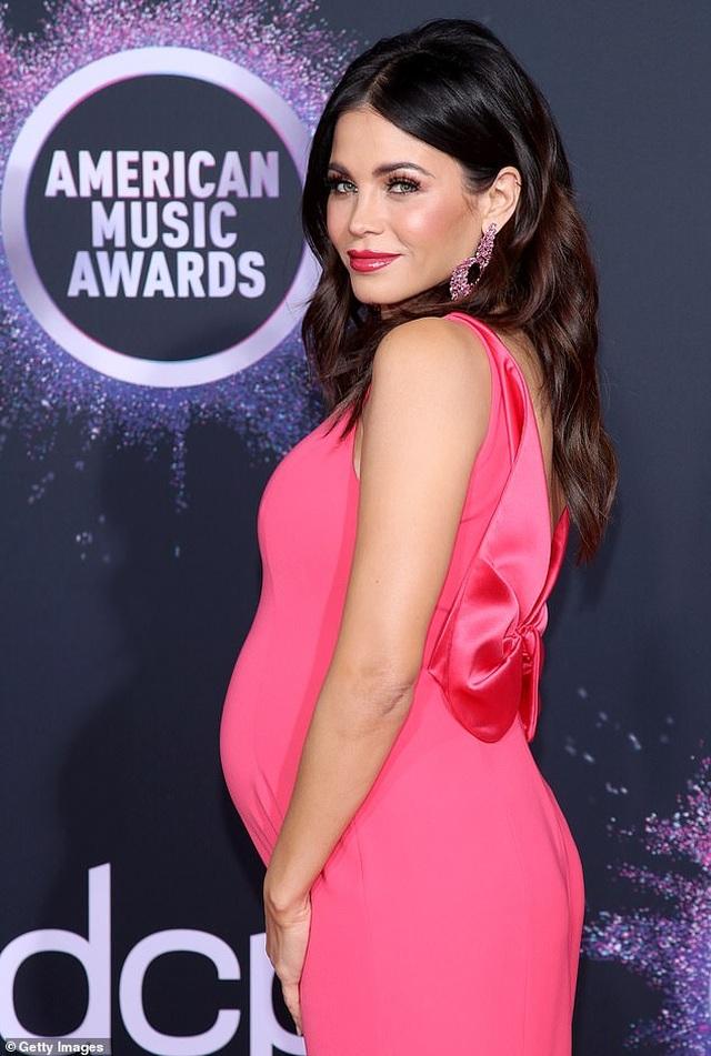 Selena Gomez khoe ngực căng đầy trên thảm đỏ American Music Awards - 42