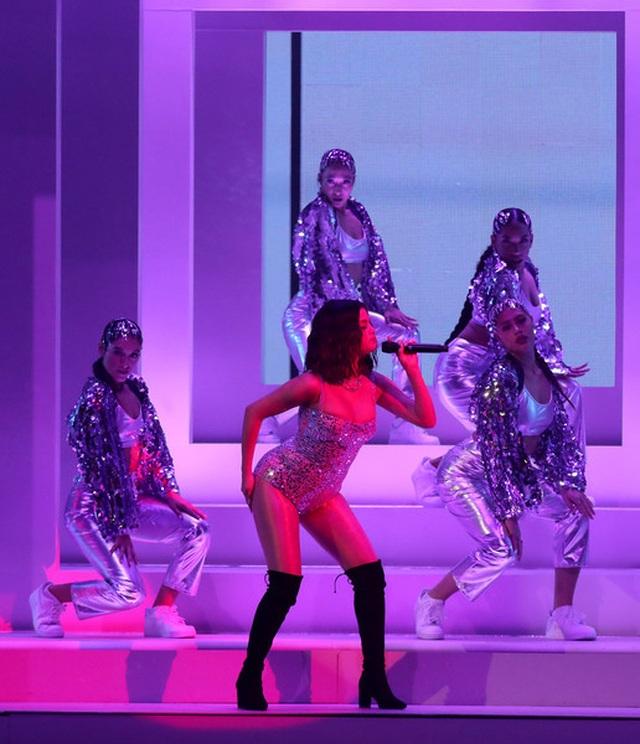 Selena Gomez khoe dáng gợi cảm, trình diễn cuốn hút - 1