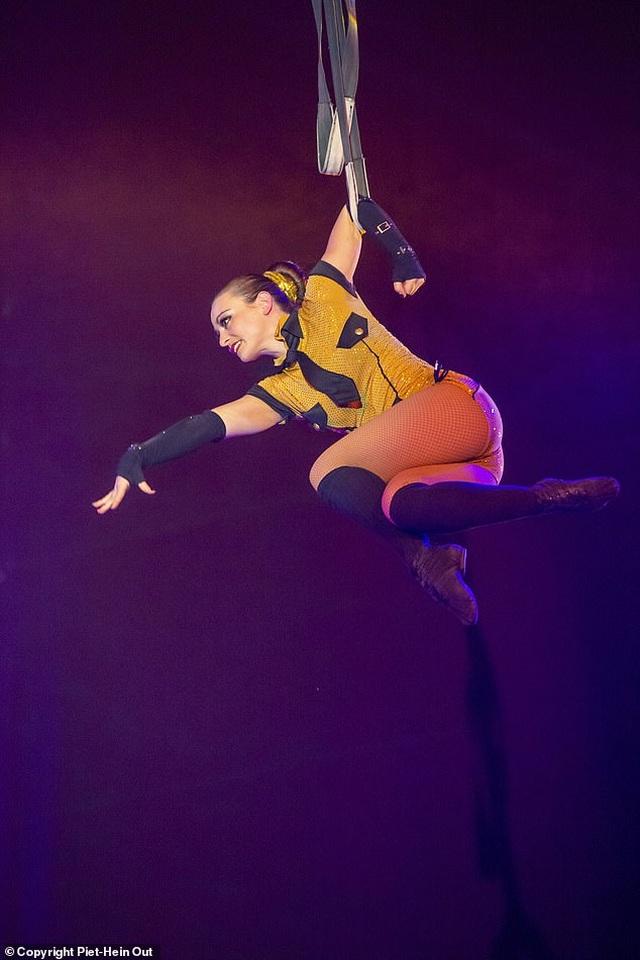 Khán giả sốc khi chứng khiến nữ nghệ sĩ xiếc ngã từ độ cao 9m - 2