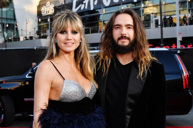 Selena Gomez khoe ngực căng đầy trên thảm đỏ American Music Awards - 6