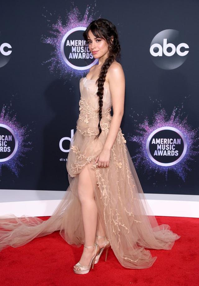Selena Gomez khoe ngực căng đầy trên thảm đỏ American Music Awards - 11