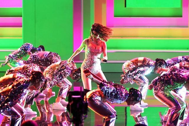 Selena Gomez khoe dáng gợi cảm, trình diễn cuốn hút - 3