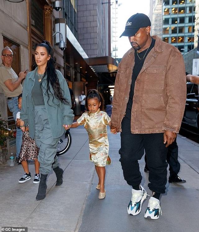 Vợ chồng Kim Kardashian cãi nhau vì con gái 6 tuổi thích trang điểm - 1
