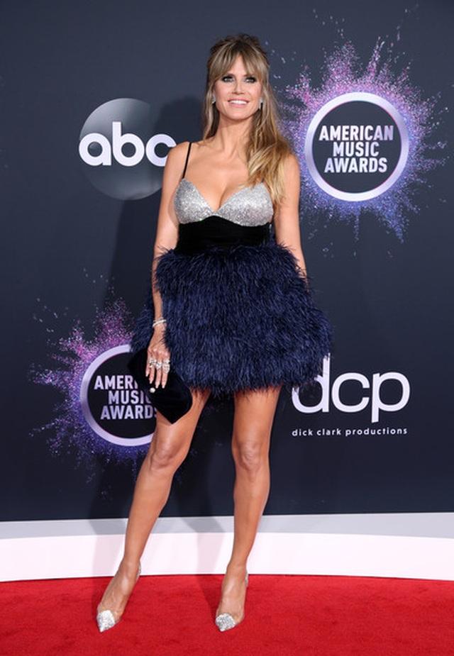 Selena Gomez khoe ngực căng đầy trên thảm đỏ American Music Awards - 8