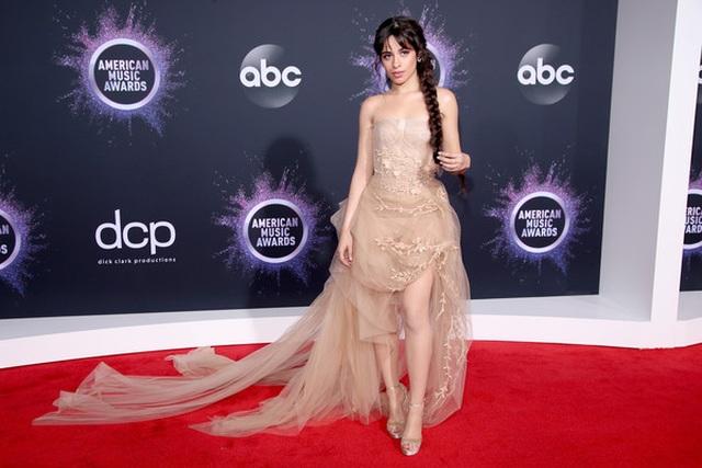 Selena Gomez khoe ngực căng đầy trên thảm đỏ American Music Awards - 10