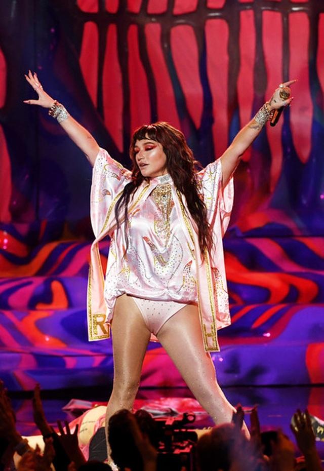 Selena Gomez khoe dáng gợi cảm, trình diễn cuốn hút - 10