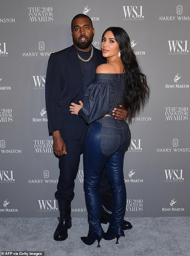 Vợ chồng Kim Kardashian cãi nhau vì con gái 6 tuổi thích trang điểm - 2