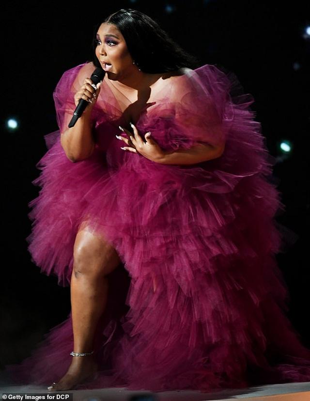 Selena Gomez khoe dáng gợi cảm, trình diễn cuốn hút - 11