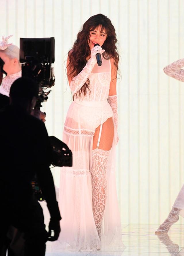 Selena Gomez khoe dáng gợi cảm, trình diễn cuốn hút - 7