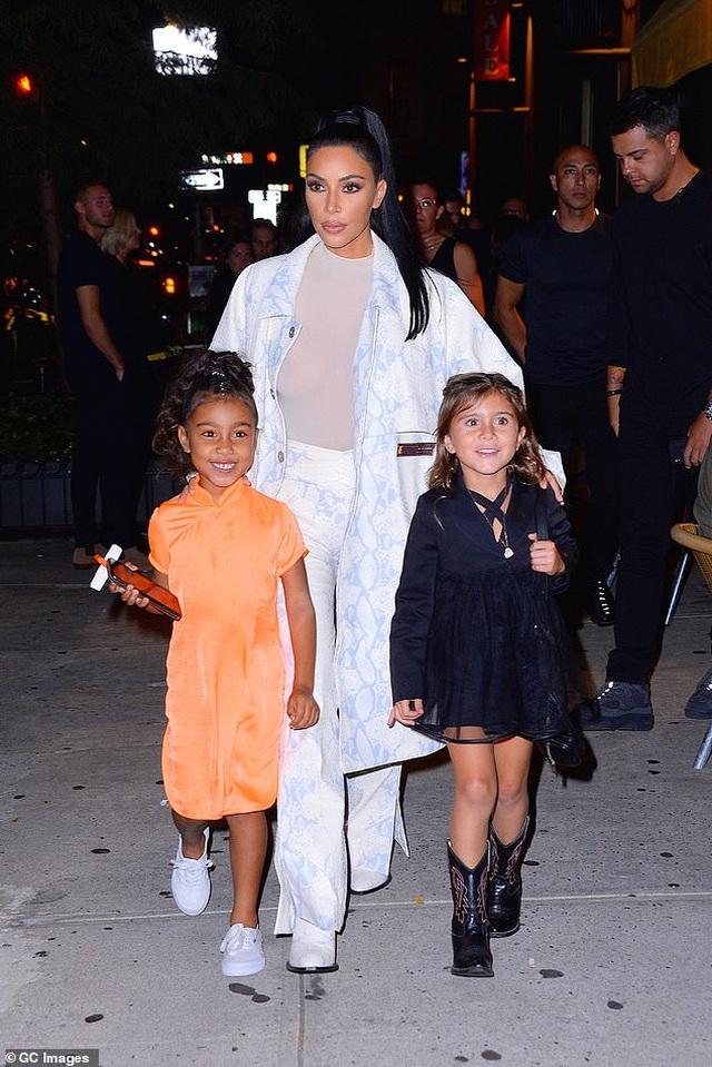Vợ chồng Kim Kardashian cãi nhau vì con gái 6 tuổi thích trang điểm - 3