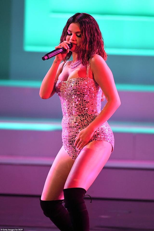 Selena trình diễn gợi cảm sau những vật vã vì bị chê bai ngoại hình - 1