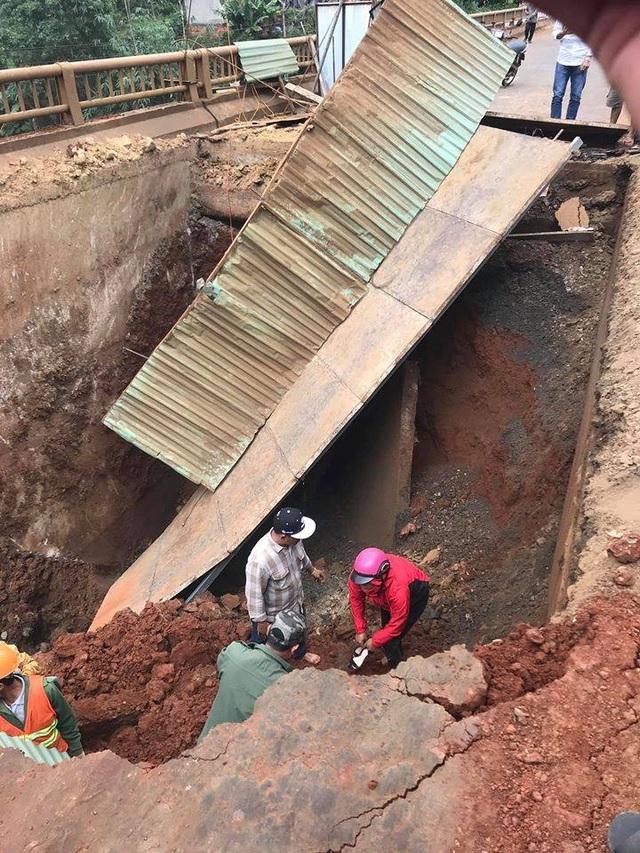 Sập cầu tạm, người phụ nữ và xe máy rơi xuống hố sâu - 1