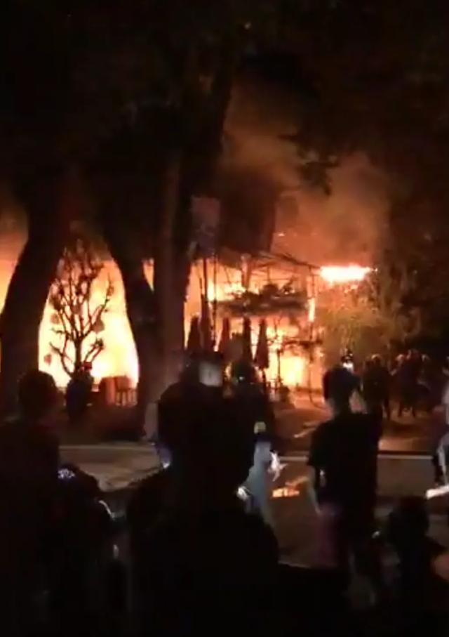 Quán bar cháy dữ dội trong đêm, hơn 70 người bỏ chạy tán loạn - 2