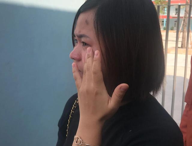 Bật khóc vì bữa ăn lèo tèo của con: Phụ huynh vây cổng trường đòi đối thoại - 3