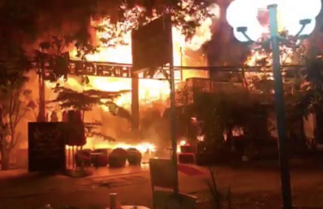 Quán bar cháy dữ dội trong đêm, hơn 70 người bỏ chạy tán loạn - 1